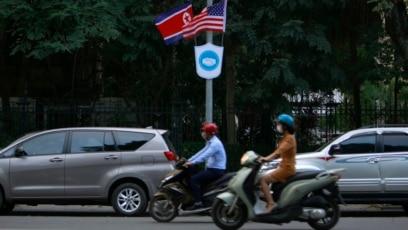 Quốc kỳ Triều Tiên và Mỹ trên đường phố Việt Nam.