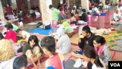 Posko pengungsi korban banjir di Kampung Melayu, Jakarta Timur (13/1). Sekitar 46 ribu orang mengungsi akibat banjir di wilayah Jakarta. (VOA/Iris Gera)