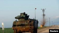 Tentara Turki berpatroli di sebuah desa dekat perbatasan Turki-Suriah di provinsi Hatay, Turki, 28 Januari 2018.
