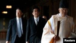 Thủ tướng Nhật Bản Shinzo Abe đến thăm đền Yasukuni ở Tokyo, ngày 26/12/2013.