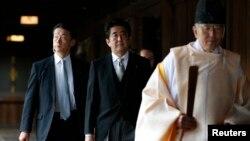 日本首相安倍晉三(中)參拜東京靖國神社。(2013年12月26日)