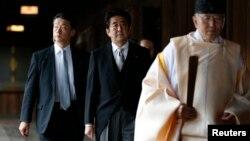 지난해 12월 아베 신조 일본 총리(가운데)가 도쿄의 야스쿠니 신사를 전격 참배했다. (자료사진)