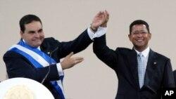 ARCHIVO - En esta foto de archivo del 1 de junio de 2004. el presidente salvadoreño Tony Saca, izquierda, felicita al expresidente Francisco Flores después de prestar juramento en San Salvador.