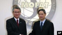 서울 외교부청사에서 27일 오전 방한중인 중국외교부 장즈쥔 상무부부장(오른쪽)이 한국 박석환 외교통상부 1차관과 인사를 나누고 있다.