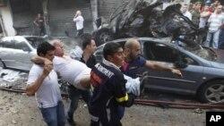19일 발생한 베이루트 폭탄 테러로 현장에서 부상자를 긴급 호송하는 구조대원들