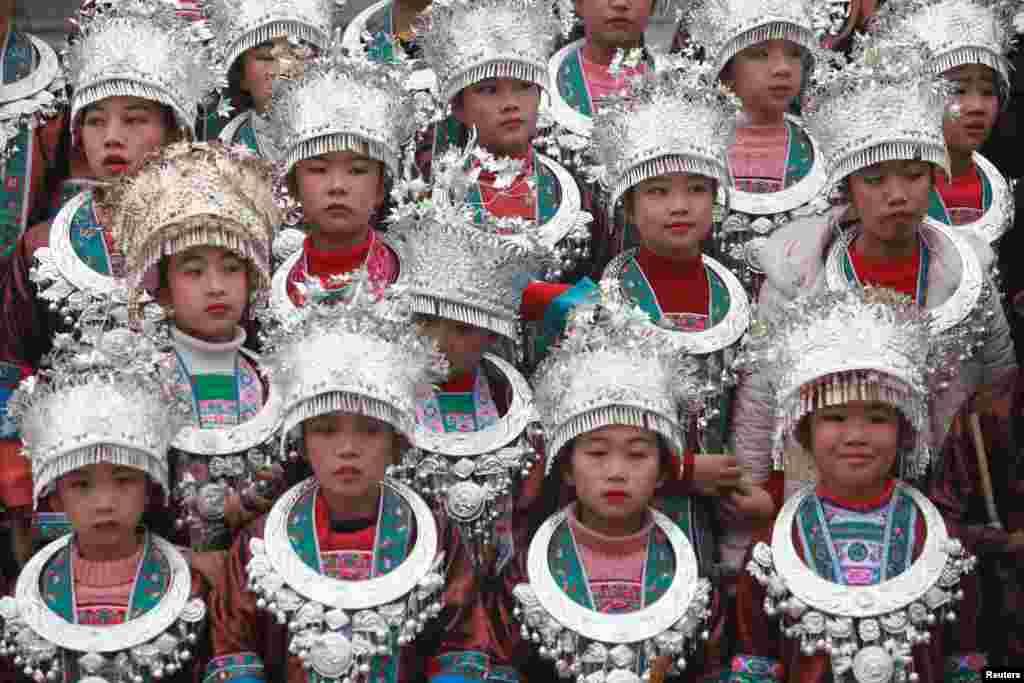 중국 소수민족 동족 아이들이 전통의상을 입고 광시성 좡족 자치구 싼장 동족 자치현에서 열린 '두오예 축제'에 참가했다.