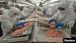 Một nhà máy xuất khẩu thủy sản ở Trung Quốc, quốc gia cùng với Việt Nam bị Malaysia cáo buộc đưa sản phẩm nhiễm chất cấm sang nước này để lấy giấy chứng nhận rồi tái xuất sang các nước khác.
