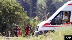 Một nhóm dân Syria chờ để được phép băng qua biên giới vào Thổ Nhĩ Kỳ