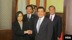 馬英九和蔡英文在閉門會議後握手供媒體拍照(美國之音張永泰拍攝)