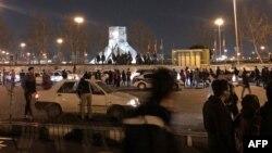 Policías antidisturbios iraníes montan guardia mientras los manifestantes se reúnen en la Plaza Azadi de Teherán el 11 de enero de 2020.