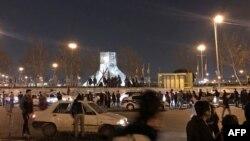 Polisi anti huru-hara Iran berjaga saat para pengunjuk rasa berkumpul di Lapangan Azadi, Teheran, 11 Januari 2020.