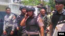 Kapolda Jawa Barat Irjen Pol. Anton Charliyan memantau lokasi pemboman di Bandung (27/2). (VOA/R. Teja Wulan)