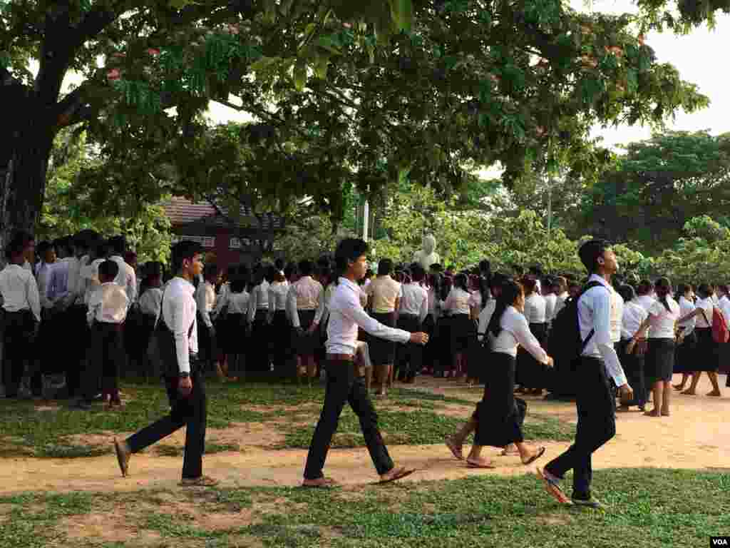Students at Hun Sen's Prasat Bakong High School where U.S First Lady Michelle Obama visited on Saturday March 21, 2015 in Siem Reap. (Phorn Bopha/VOA Khmer)