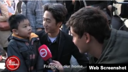 Young Brandon and his father, Angel Le, talk about the Paris attacks with Le Petit Journal.