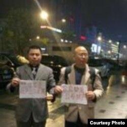 王成(左)举牌要求官员公示财产(王成律师推特)