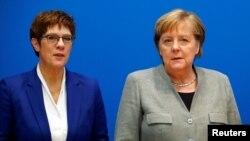 Almanya Federal Savunma Bakanı Annegret Kramp-Karrenbauer ve Başbakan Angela Merkel