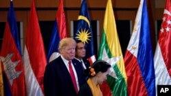 ၂၀၁၇ ခုႏွစ္က ဖိလစ္ပုိင္တြင္က်င္းပသည့္ အေမရိကန္-အာဆီယံ ထိပ္သီီးစည္းေဝးပြဲတြင္ ေတြ႔ရသည့္ အေမရိကန္သမၼတ Donald Trump ႏွင့္ ေဒၚေအာင္ဆန္းစုၾကည္။ (ႏုိဝင္ဘာ ၁၃၊ ၂၀၁၇)