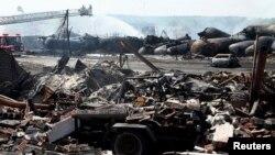 Reruntuhan bangunan dan kendaraan akibat ledakan tangki minyak di Lac Megantic, Quebec, Kanada (7/7). 30 korban yang hilang telah dianggap tewas dalam kecelakaan ini.