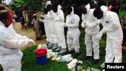 Ma'aikatan kiwon lafiya dake yakar cutar Ebola.