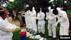 醫護人員準備移走伊波拉病人的屍體