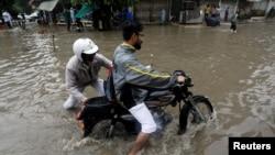 کراچی میں حالیہ بارشوں کے بعد سڑکوں کو شدید نقصان پہنچا ہے۔ (فائل فوٹو)