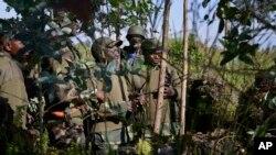 Les commandants de l'armée congolaise discutent de tactiques près de la colline de Kibumba, occupée par les rebelles du M23, à environ 25 km de la capitale de la province de Goma, dans l'est du Congo.