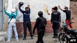 Los miembros del Grupo de Fuerzas Especiales de la Policía Nacional Bolivariana (FAES) detuvieron a varios hombres durante una operación contra bandas criminales en el barrio de Petare en Caracas, el 25 de enero de 2019.