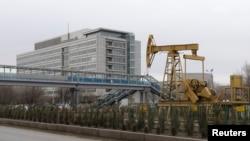 Pompa angguk minyak yang dibuat sebagai alat pameran di depan kantor Tengizchevroil LLP, di Kota Atyrau, barat Kazakhstan, 7 Desember 2016. (Foto:dok)