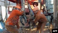 Казахстанские рабочие трудятся под Актюбинском в Казахстане на месторождении, права на разработку которого принадлежат китайской компании China National Petroleum Corp.
