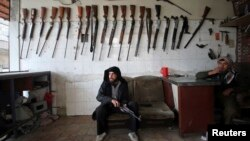 Combatientes islamistas se han apoderado de las bodegas de los rebeldes moderados como este miembro del Ejército Libre Sirio.