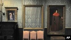 Пустая рама картины Рембрандта «Буря на море Галилейском», которая была похищена из Isabella Stewart Gardner Museum злоумышленниками в 1990 году. Бостон, Массачусетс