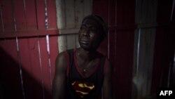 Felix Boateng, 35 ans, dans un bar de Dormaa-Ahenkro dans la région de Brong-Ahafo au Ghana le 3 mai 2018.