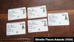 Des exemples des cartes électorales utilisées au Bénin pour la présidentielle, le 6 mars 2016. (VOA/Ginette Fleure Adande)
