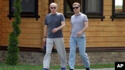 俄罗斯总统梅德韦杰夫(右)和总理普京一起散步