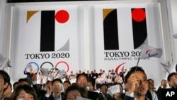 Logo Olimpiade dan Paralimpik Tokyo 2020 yang dipamerkan di Tokyo Metropolitan Plaza di Tokyo, 24 Juli 2015.