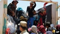 Warga sipil yang berusaha menyelamatkan diri dari rumah mereka di Fallujah akibat pertempuran antara pasukan keamanan Irak dan ISIS, tiba di lokasi sekitar 65 kilometer luar kota Fallujah, sebelah barat kota Baghdad, Irak (Foto: dok).