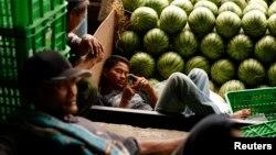 Pedagang semangka di pasar induk Kramat Jati, Jakarta. (Foto: Dok)