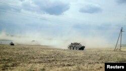 Oklopno vozilo u stepi blizu sela Krasnodarovka u regionu Rostova, 28. avgusta 2014.