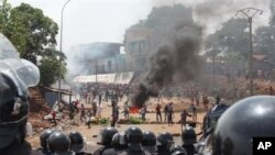 지난 5월 아프리카 국가 기니에서 야당 지지자들이 경찰과 대치하고 있다. (자료사진)