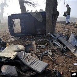 L'épave d'un véhicule de police détruit par une bombe le 8 février, près de Peshawar
