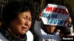 """Rođaci putnika aviona """"Malezija Erlajnsa"""" danas su se okupili ispred malezijske ambasade u Pekingu"""