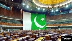 پاکستان کی قومی اسمبلی میں ہزاروں غباروں سے بنا قومی پرچم۔