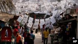 Poster dan umbul-umbul bergambar foto para kandidat dari partai peserta Pemilu menghiasi jalanan di Dhaka, Bangladesh (3/1).