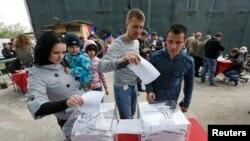 Referandumda oy kullanan Ukraynalılar