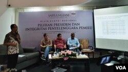 (ki-ka): Direktur Riset SMRC Deni Irvani, Mantan Komisioner KPU RI Hadar Nafis Gumay, Ketua Bawaslu Abhan, Komisioner KPU RI Hasyim Asyari, dalam konferensi pers di kantor SMRC, Jakarta, Minggu (10/3) (VOA/Ghita).