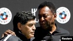 Mchezaji wa zamani maarufu Pele (kulia) akiwa na Diego Maradona wakati wa uhai wake Paris, France, June 9, 2016. REUTERS/Charles Platiau/File Photo