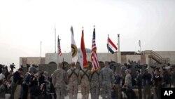 Bendera ya Marekani, bendera ya Iraq na rangi za bendera za wanajeshi wa nchi hizo mbili zikipeperushwa wakati wa sherehe hiyo muhimu huko Baghdad, Disemba 15, 2011
