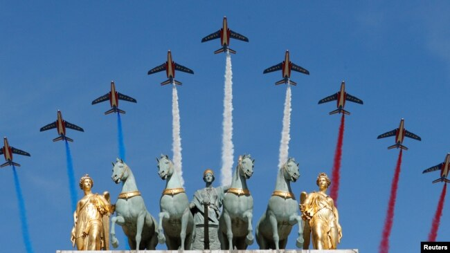 Aviones Alpha de la Fuerza Aérea de Francia sobrevuelan el Arco de Triunfo durante el desfile militar del Día de la Bastilla en París el viernes, 14 de julio de 2017.
