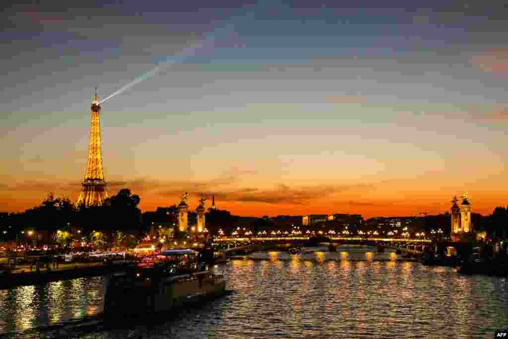 نمایی از غروب افتاب در حاشیه رودخانه سن در شهر پاریس و نمایی از ایفل.