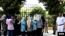 Cử tri xếp hàng bên ngoài một phòng phiếu ở trung tâm Cairo, Ai Cập, ngày 16 tháng 6, 2012